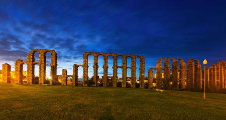 acueducto: Acueducto de los Milagros   in night. Merida, Spain Stock Photo