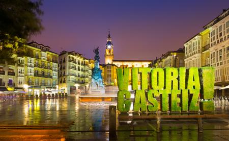 Abendansicht des Virgen Blanca Platzes. Vitoria-Gasteiz, Spanien Standard-Bild - 49691467