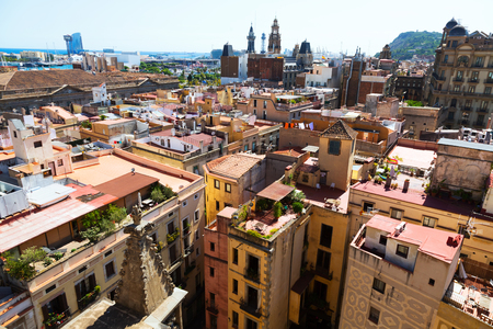 gotico: Los techos de la antigua calle estrecha de la ciudad europea. Barcelona, ??Cataluña