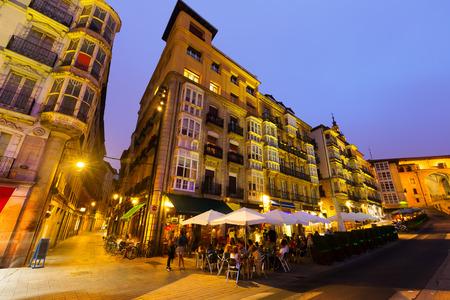 san miguel arcangel: Tiro granangular de la Plaza Virgen Blanca (Andre Maria Zuriaren plaza) en el tiempo de la tarde. Vitoria-Gasteiz, España Foto de archivo