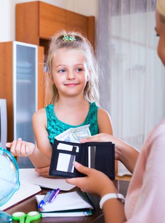 bolsa dinero: Madre que da poco dinero para gastar hija interior