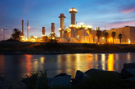 Avond uitzicht van de industrie kerncentrale