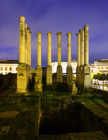 templo romano: templo romano de Córdoba en la noche. España