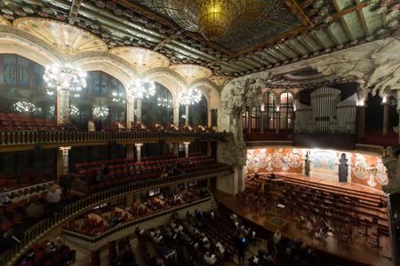 orquesta clasica: BARCELONA, ESPAÑA - 26 de noviembre, 2015: audiencia y orquesta en el concierto Cicle Caral Orfeo Catala en el teatro de variedades Palau de la Música Catalana, Cataluña