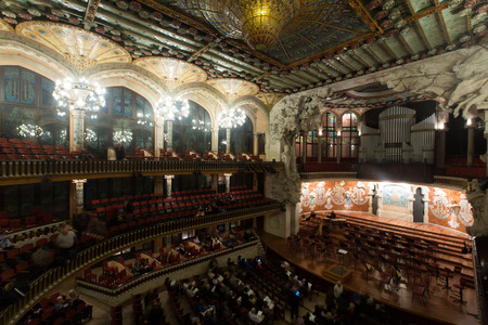 BARCELONA, Spanje - 26 november 2015: Publiek en orkest bij het concert Cicle Caral Orfeo Catala in muziekzaal Palau de la Música Catalana, Catalonië