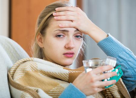 Portrait de femme avec angines et de la fièvre sous une couverture Banque d'images
