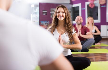 estudiantes adultos: Los adultos activos que tiene la clase de yoga en club de deporte