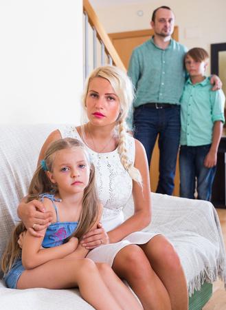 ni�os malos: Infelices padres y dos ni�os en conflicto malo en casa. Centrarse en la mujer