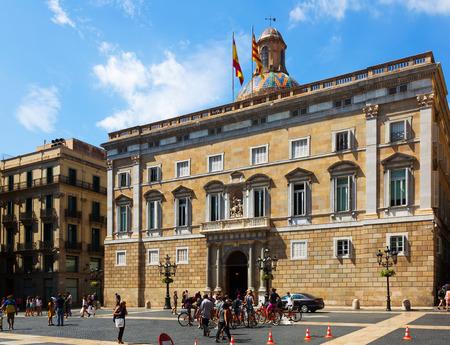 gotico: BARCELONA, ESPAÑA - septiembre 1, 2015: Ayuntamiento en la plaza de Sant Jaume en el centro de la ciudad vieja