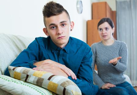 molesto: madre molesta que da instrucciones a adolescente frustrado