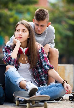 nene y nena: Boy pide perd�n a su hija despu�s de un exterior argumento. Centrarse en la ni�a