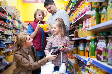carbonated: Family of customers purchasing carbonated beverages in store Stock Photo