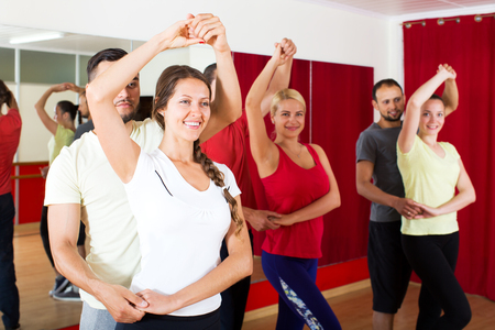 Glimlachend paren dansen Latino dans in de klas Stockfoto