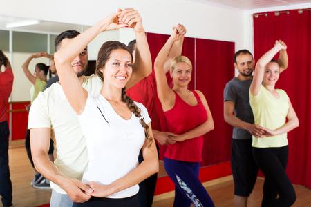 Lächelnde Paare Latinotanz in der Klasse zu tanzen Lizenzfreie Bilder