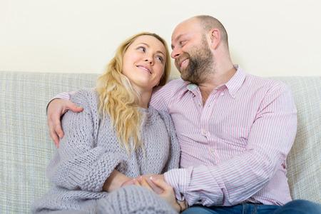 femme romantique: Portrait de sourire heureux couple d'amoureux � la maison