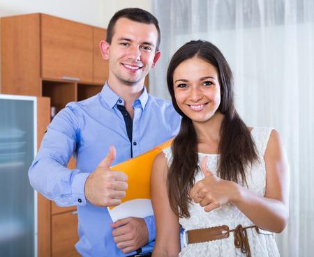convivencia familiar: Retrato de la sonrisa pareja solicitud de pr�stamo de la banca en el interior