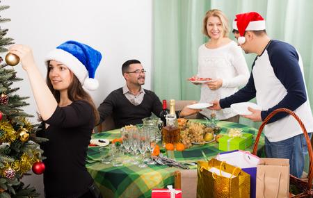 pere noel: famille avec des enfants adultes prépare pour Noël? elebration
