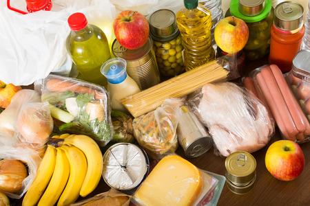 produits alimentaires: Nature morte avec des achats de nourriture de supermarché Banque d'images