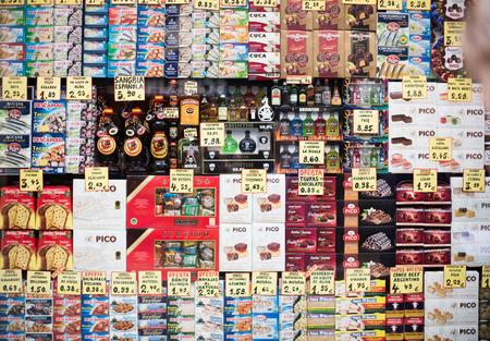 BARCELONA, ESPAÑA - 27 de octubre, 2015: Visión en la pantalla de cristal pequeña tienda de comestibles ordinaria con los alimentos envasados. Foto de archivo - 53868853