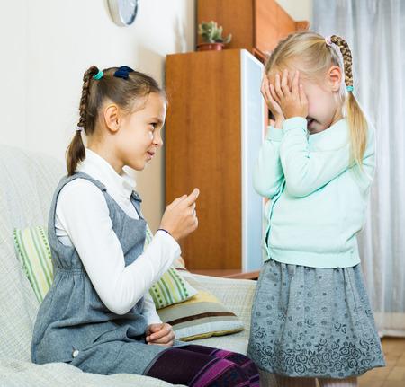 molesto: hermana mayor molesto predicaci�n peque�o infeliz y tembloroso dedo