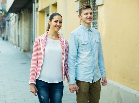 marido y mujer: Pareja joven familia europea que presenta en la calle de la ciudad en el d�a de primavera Foto de archivo