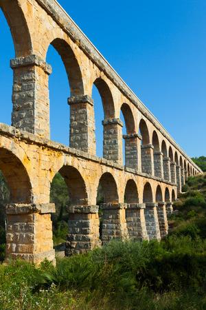 acueducto: Aqueduct de les Ferreres (Pont del Diable) in summer. Tarragona, Catalonia
