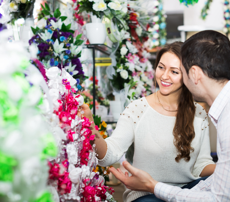 25 35: Smiling man and woman buying a bouquet at a flower shop
