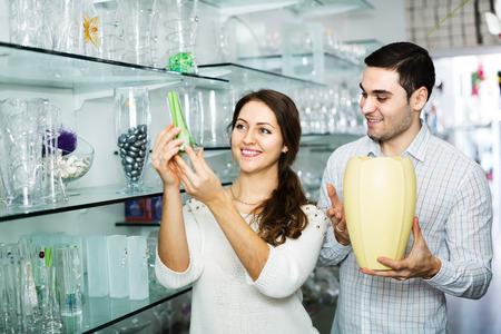 utensilios de cocina: El hombre y la mujer que compra en la tienda de art�culos de vidrio utensilios de cocina