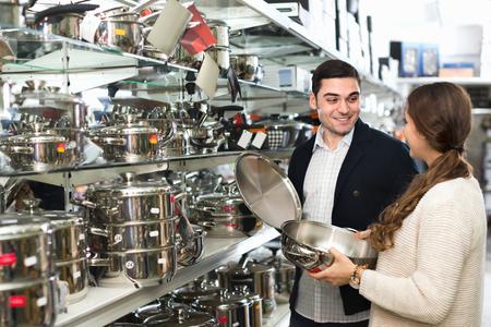 utensilios de cocina: joven pareja en la secci�n de utensilios de cocina en el hipermercado