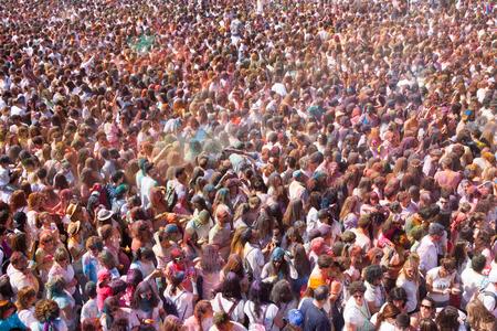 BARCELONA, Spanien - 12. April 2015: Viele Menschen am Festival von Farben Holi Barcelona. Holi ist traditionellen Urlaub der indischen Kultur