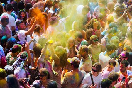 colores: BARCELONA, SPAIN - APRIL 12, 2015:  Festival de los colores Holi