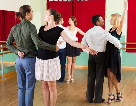 Sonrisa de la unidad española de la gente se divierte bailando vals