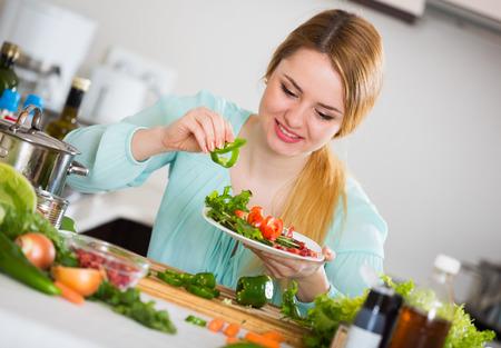 mujer ama de casa: placa de ama de casa de decoraci�n bonita con ensalada de verduras y queso