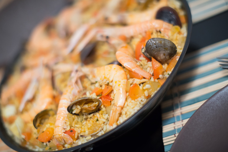 marisco: Paella de marisco, seafood dish with rice, shrimps and mussels