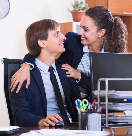 workplace harassment: El acoso sexual en el cargo: gerente mujer joven que liga con los empleados en el lugar de trabajo