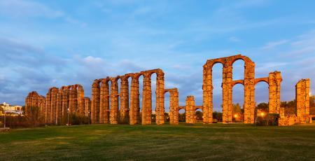 acueducto: antique  Roman Aqueduct of Merida in  twilight lights. Extremadura, Spain Stock Photo