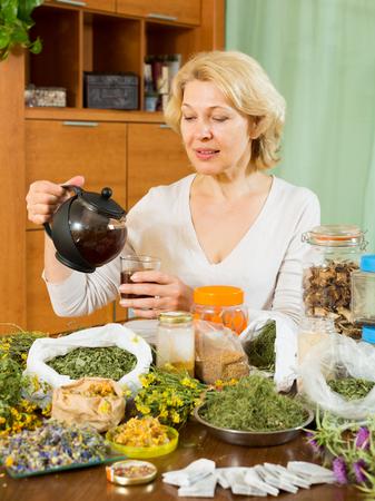 Senior femme buvant du thé à base de plantes