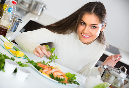 corcovado: Ni�a morena bastante la decoraci�n de pescado frito con hierbas en la placa y la sonrisa