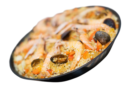 marisco: Paella de marisco, seafood dish with rice isolated on white