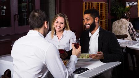 middle class: Feliz pareja de clase media y amigo disfrutando de la comida en el café Foto de archivo