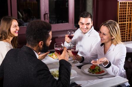 clase media: gente de la clase media estadounidense que disfrutan de la comida en el café y hablar