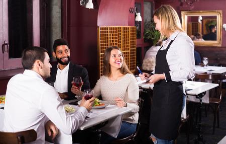 clase media: personas positivas clase media disfrutando de la comida en el café y hablar