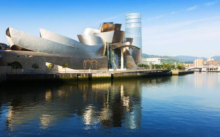 ビルバオ グッゲンハイム美術館、現代アート美術館ビルバオ、スペイン - 2015 年 7 月 4 日。