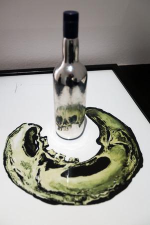 Figueres, Spagna - 3 gennaio, 2016: opera d'arte con la bottiglia e teschio umano riflette a Teatro Dali e Museo (Teatro-Museo Dalí), Catalogna