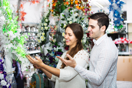 25 35: Man and woman buying a bouquet at a flower shop