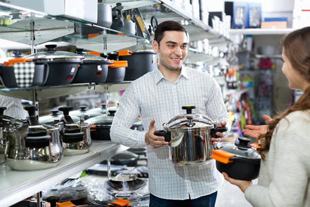 utensilios de cocina: par positivo lindo en la sección de utensilios de cocina en el hipermercado