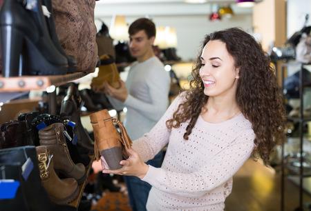 comprando zapatos: positivas españoles femeninos zapatos de invierno femeninos de compra en la tienda de zapatos