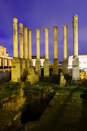 Roman temple: templo romano en la noche. Córdoba, España Foto de archivo