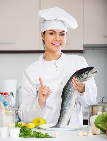 karkas: Jonge chef-kok die karkas van vissen in de professionele keuken Stockfoto