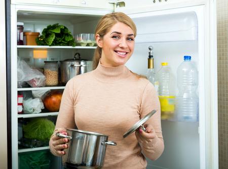 refrigerador: Retrato de ama de casa positivo cerca nevera llena el interior